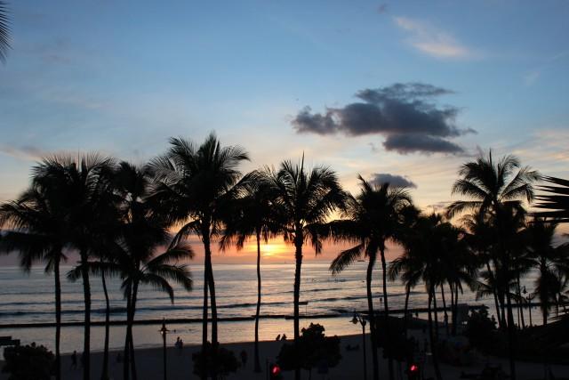couples blog travel hawaii sunset waikiki beach