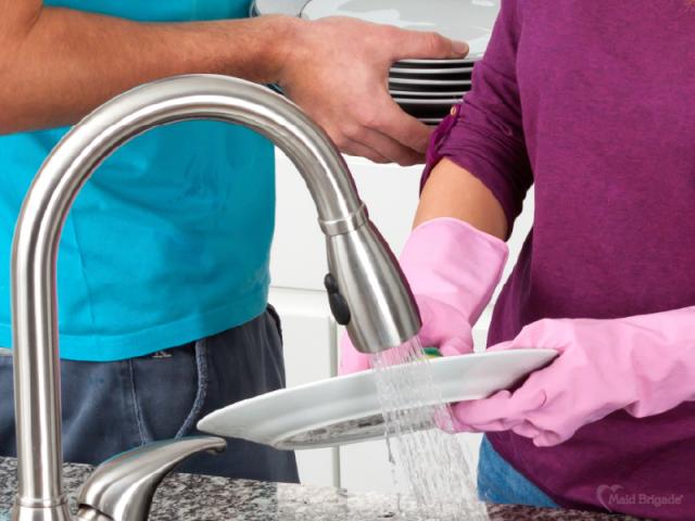 couple-washing-dishes